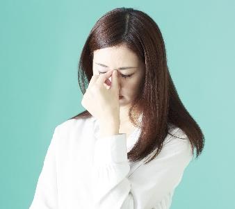 十分な視聴距離を設けていないことによる視力の低下やドライアイなどは深刻な問題です。